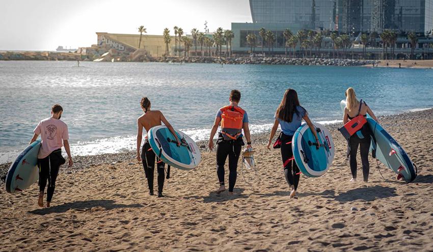 Practicar paddel surf en busca de microplásticos de difícil acceso
