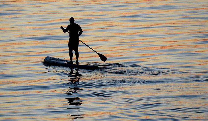 Ciencia ciudadana y surf de remo para estudiar la contaminación por microplásticos en el litoral de Barcelona