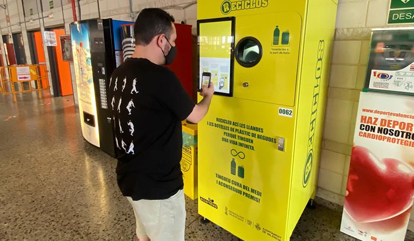 Valencia cuenta con cinco nuevas máquinas RECICLOS en polideportivos