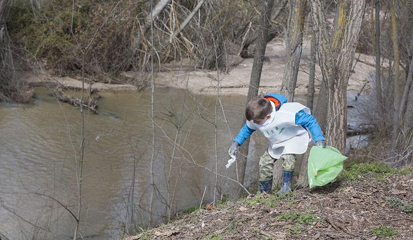 Héroes del Proyecto LIBERA recogen información sobre la basuraleza de 230 entornos fluviales