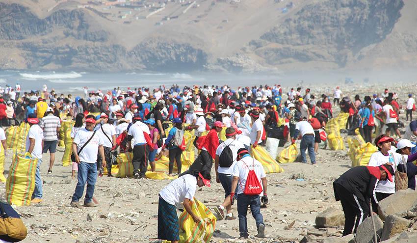 ACCIONA reúne a 900 voluntarios para limpiar la playa Cavero de Pachacútec en Perú