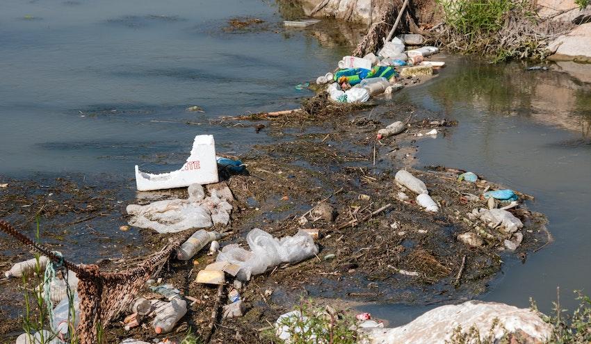 El papel de los ríos en el transporte de los residuos plásticos al mar