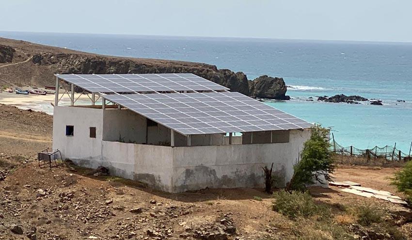 Una desaladora solar suministra agua a habitantes de la isla de Maio gracias a la cooperación canaria