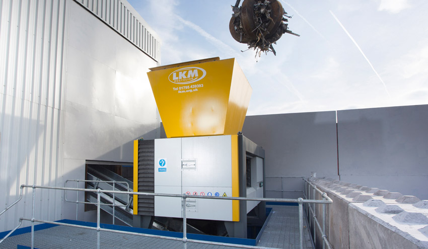 La compañía inglesa LKM Recycling opta por la mayor máquina trituradora de cuatro ejes de UNTHA
