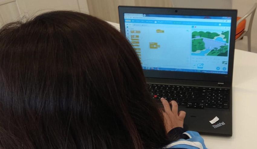 Las alumnas integrantes de Aquae STEM comparten sus avances en programación