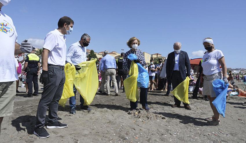 S.M. la Reina Doña Sofía participa como voluntaria en '1m2 por las playas y los mares' del Proyecto LIBERA