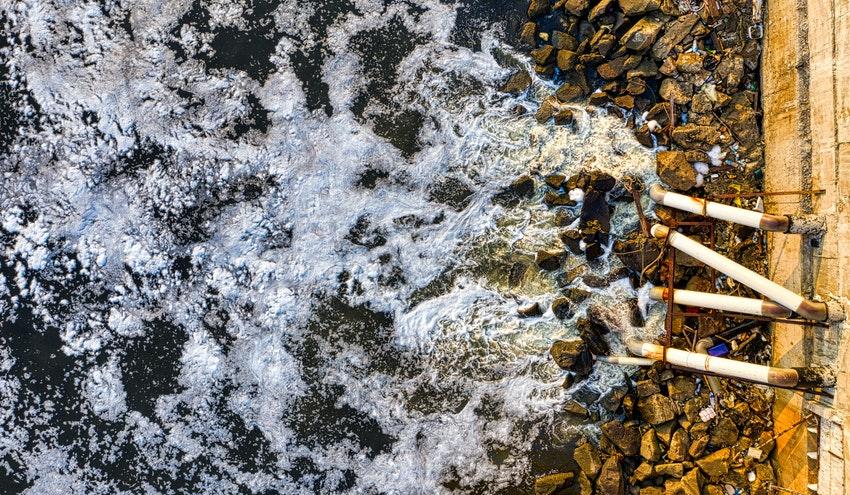 La mala gestión de las aguas residuales es la principal fuente de microplásticos en los ríos del Reino Unido