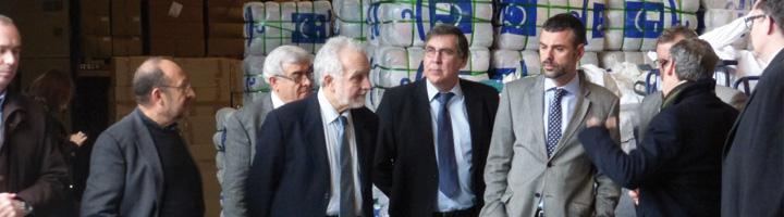 Santi Vila visita la planta de reciclaje textil de Roba Amiga en Sant Esteve Sesrovires, una de las más grandes de Europa
