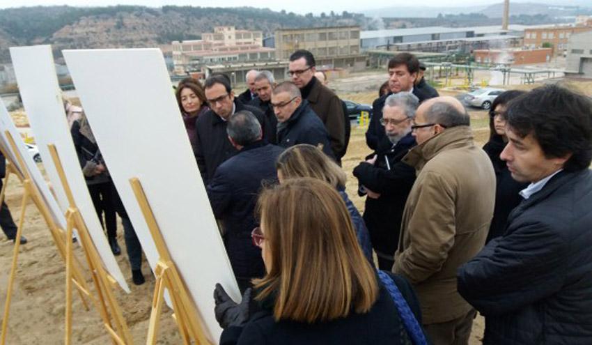 Josep Rull visitó los trabajos que Ercros desarrolla para sanear el terreno de la fábrica de Flix