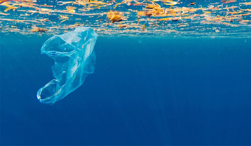 España defiende un acuerdo global para hacer frente a la contaminación marina por plásticos